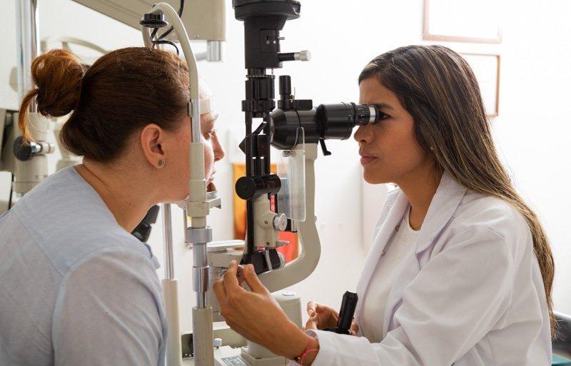 Oftalmólogo en la clínica de oftalmología de Cali